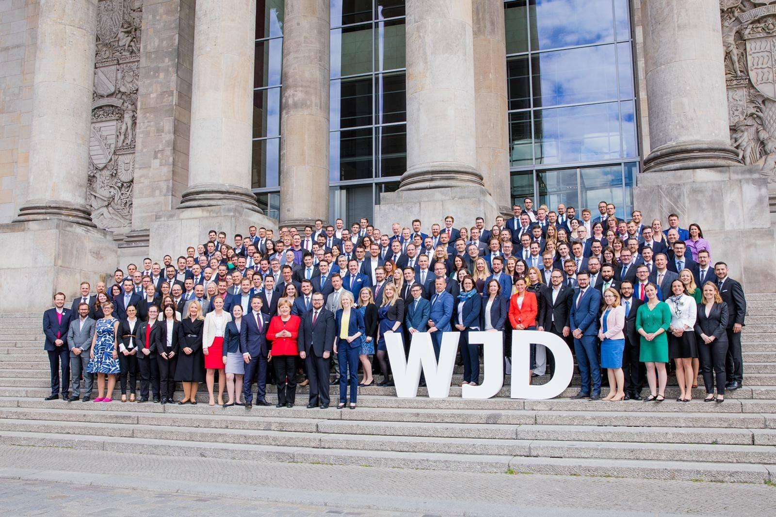 Wirtschaftsjunioren beim Know-how-Transfer im Deutschen Bundestag - Foto mit der Kanzlerin (Quelle: WJD / Jana Legler)
